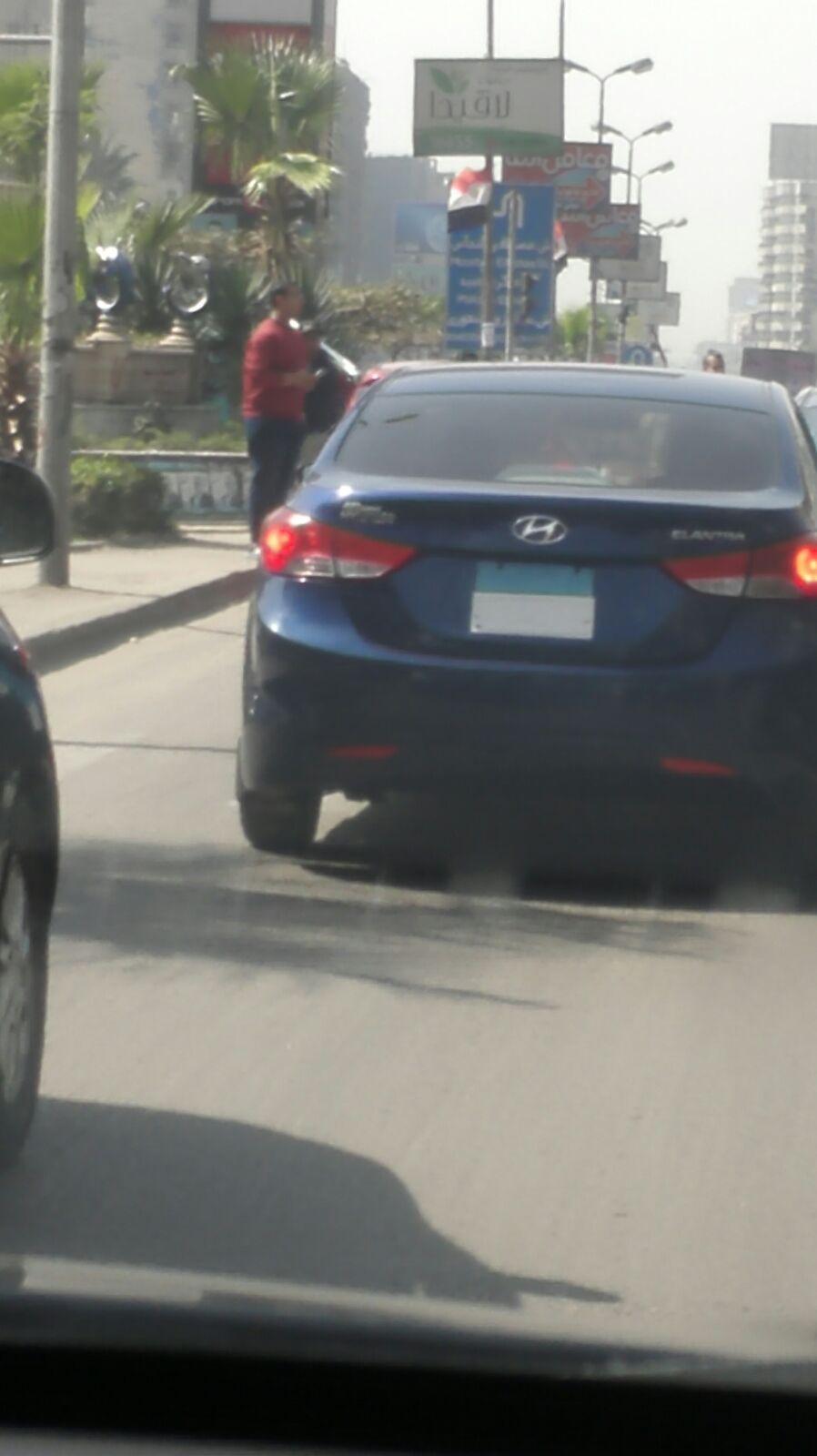 سيارة مطموسة أرقامها عَ الأوتوستراد اليوم.. ومواطن: مرت بالأمن دون توقيفها