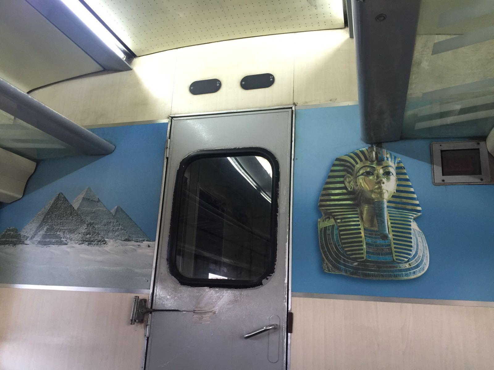 درجة أولى.. راكب يلتقط صورًا من إهمال قطار في رحلته من الإسكندرية للقاهرة