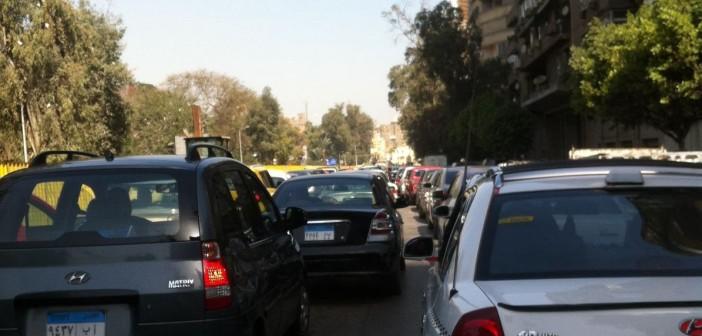 ⚠ تجنبوا شارع مراد بالجيزة.. شلل مروري بسبب وقفة سائقي التاكسي الأبيض