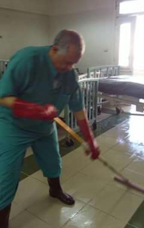 رئيس قسم جراحة الأطفال بمستشفى جامعة أسيوط يشارك عمال النظافة مهامهم