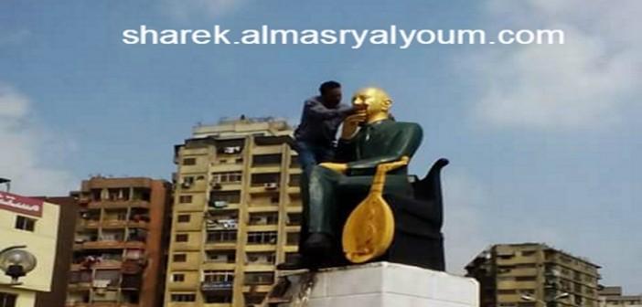 📷| بالصور.. دهان تمثال محمد عبدالوهاب في ميدان باب الشعرية