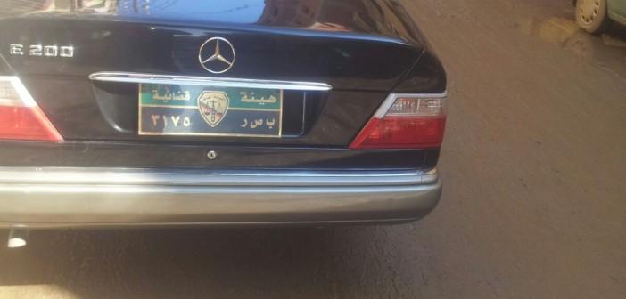 📷| الاسم «هيئة قضائية».. سيارة تحمل لوحات معدنية مخالفة (صور)
