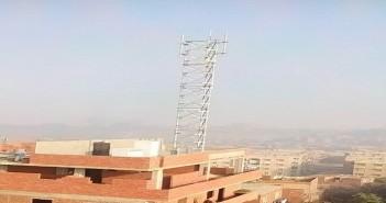 مخاوف في الدويقة من خطورة أبراج شبكات المحمول.. ويطالبون بإزالتها