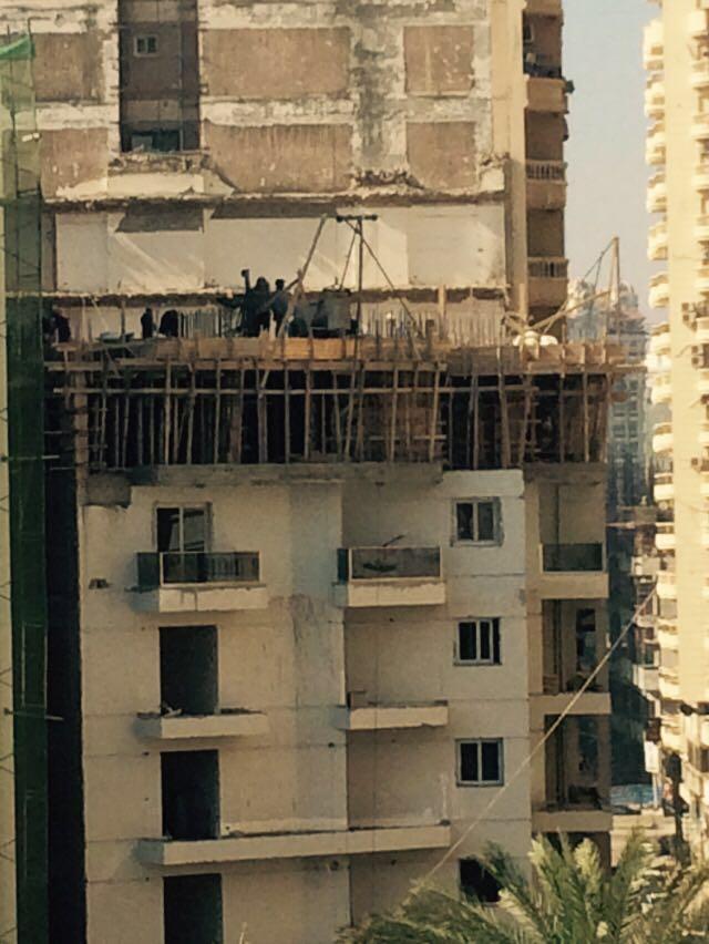 تجدد أعمال البناء في عقار بسموحة بعد هدم أدواره المخالفة