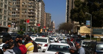 وقفة لسائقي التاكسي الأبيض أمام مجلس الدولة ضد «أوبر وكريم»
