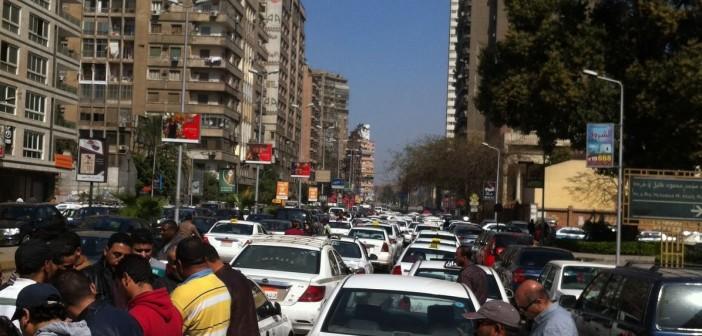 بالصور.. وقفة سائقي التاكسي الأبيض أمام مجلس الدولة ضد «أوبر وكريم»