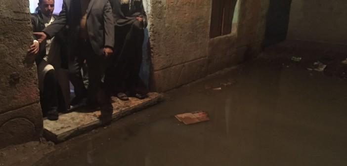 بالصور.. «البرادعة» تغرق في المجاري.. وارتفاع منسوب الصرف بالمنازل