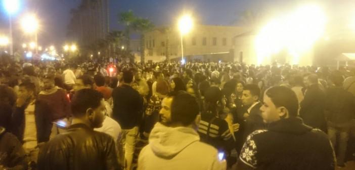 📷| بالصور.. حضور كثيف وزحام في حفل محمد منير بجامعة القاهرة