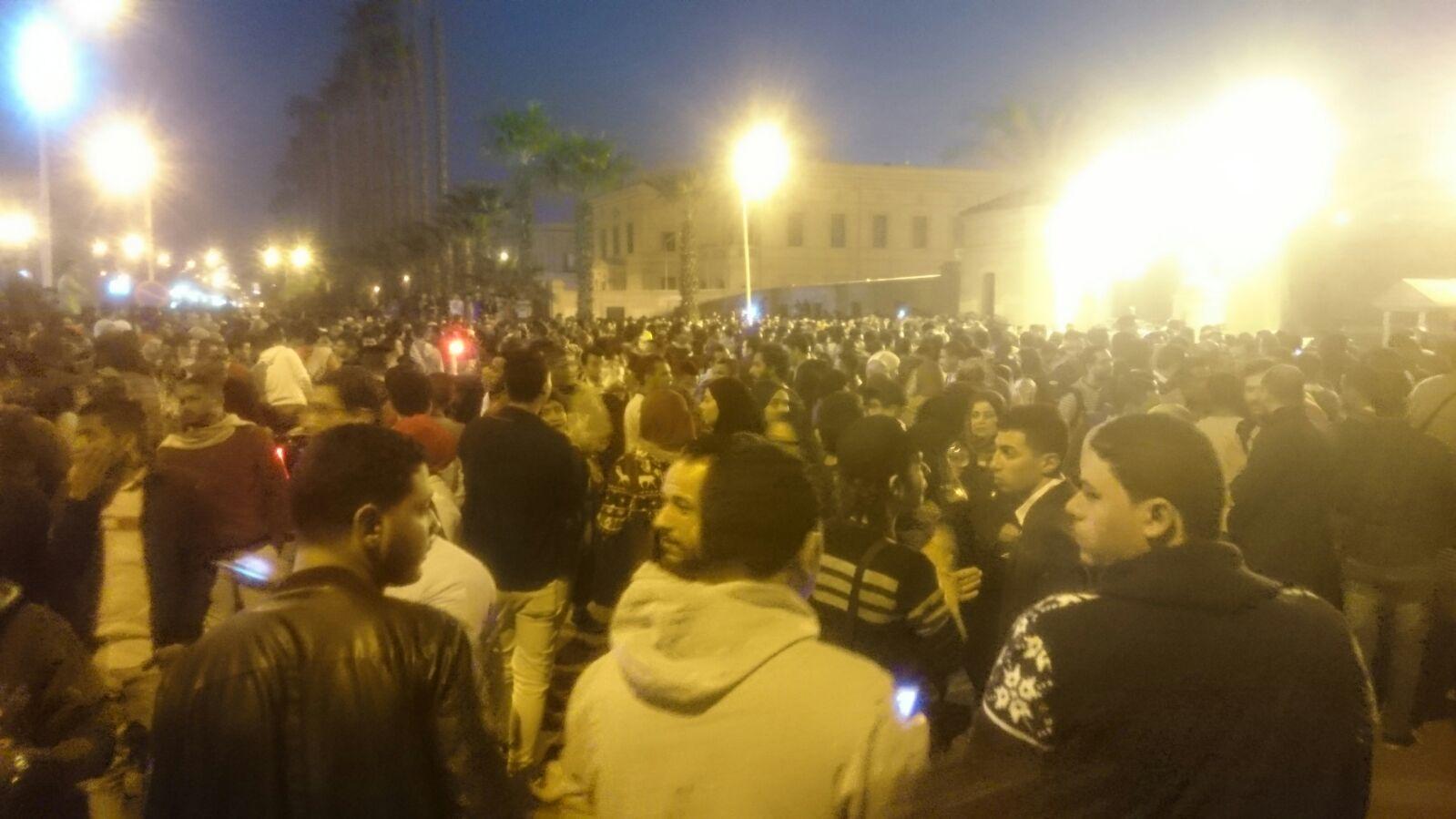 بالصور.. حضور كثيف وزحام في حفل محمد منير بجامعة القاهرة