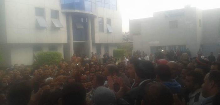 بالصور.. العاملون بـ«مياه شرب دمياط» يواصلون إضرابهم لليوم الثالث