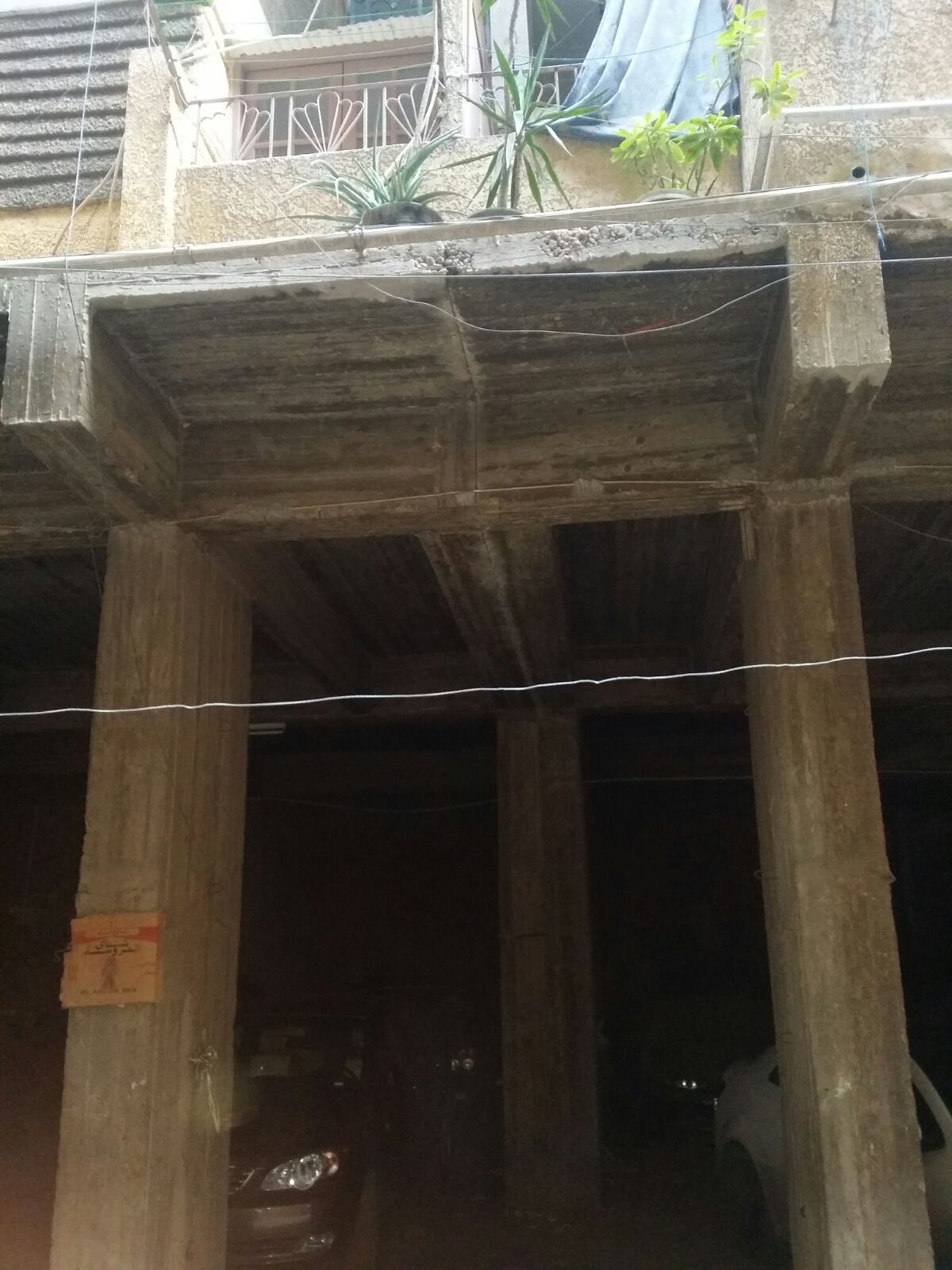عقار آيل للسقوط يهدد 54 أسرة بعين شمس.. ومواطن: «أبلغنا المسؤولين دون جدوى»