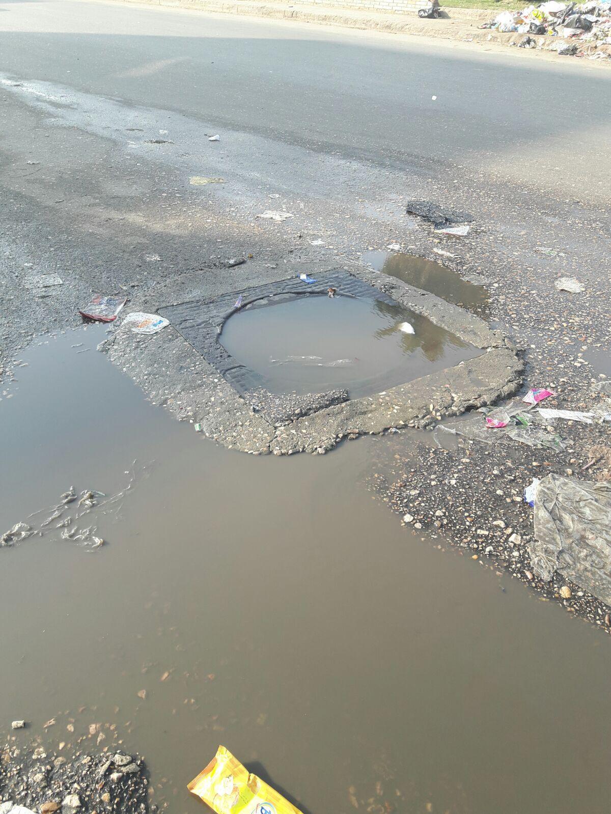 مواطن يبلغ عن محبس مياه مكسور بشبرا الخيمة.. والشركة تتجاهل الشكوى