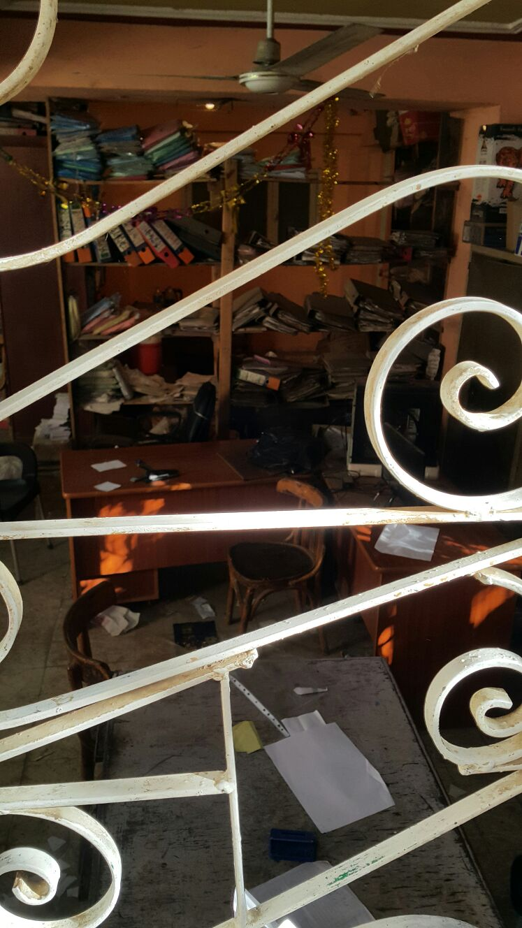 .. مكتب تموين بالجيزة بدون موظفين.. وتكدس المواطنين أمامه