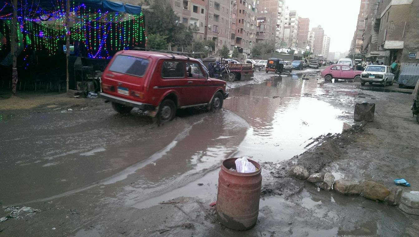 طفح الصرف الصحي بأحد شوارع الخصوص.. وانفجار كابل كهرباء