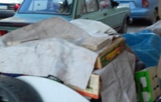 📷| عجوز يحتمي بإطارات السيارات والمخلفات من البرد (حملة #كافح_البرد)