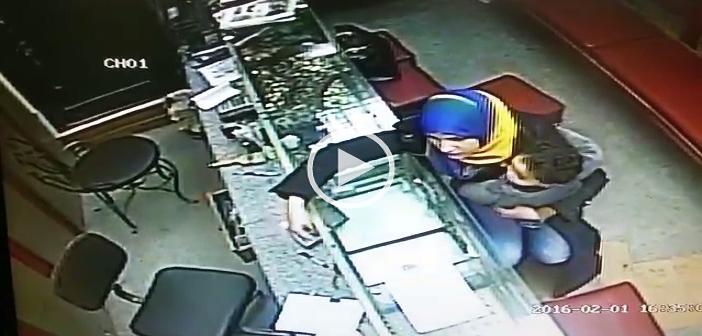▶| بالفيديو.. في 6 ثوان.. كاميرا مراقبة تسجل سرقة سيدة محل ذهب بالبحيرة