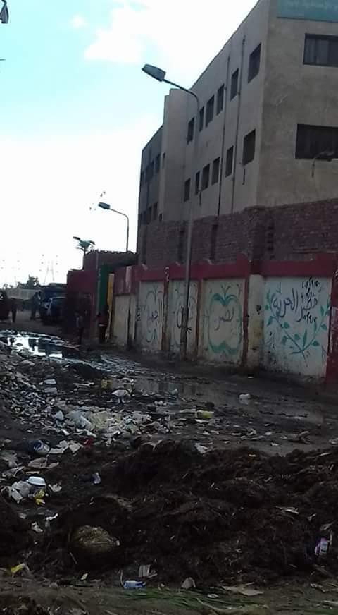 القمامة تحاصر مدارس التعليم الابتدائي بالكونيسة في الجيزة