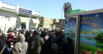 تزاحم المواطنين على سيارات الجيش للسلع المخفضة في «بشبيش» بالغربية