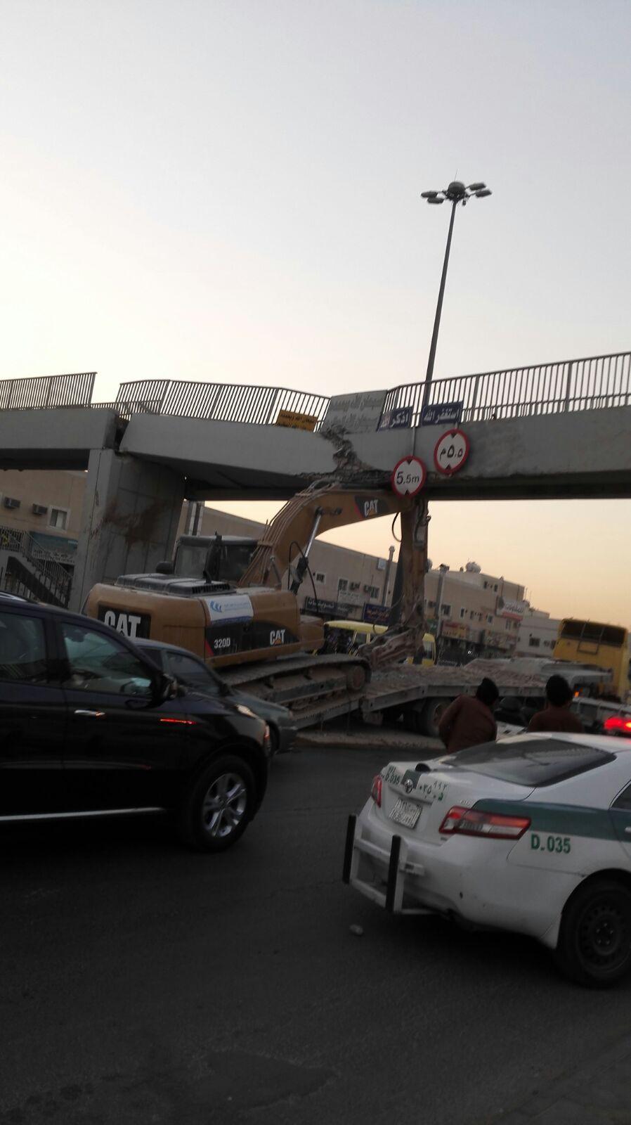 سقوط جسر مشاة بالسعودية