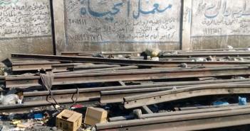 إهمال قضبان السكك الحديدية بكوم إمبو دون استخدامها