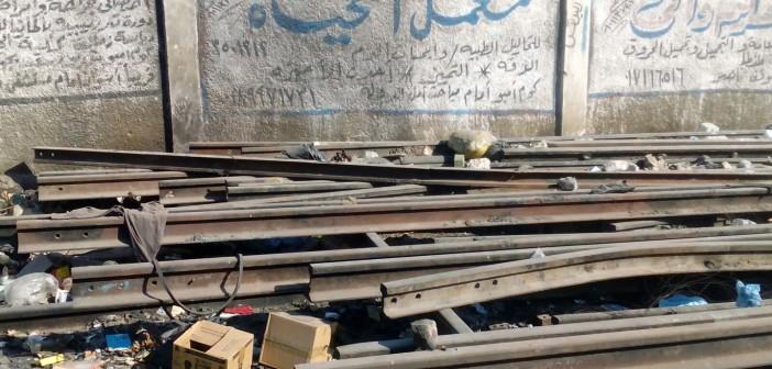 📷 إهمال قضبان السكك الحديدية بكوم إمبو.. وتركها للصدأ