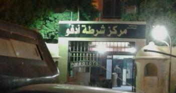 مواطن يتهم مجندًا بتعليقه في باب سيارة شرطة بأسوان وسحله