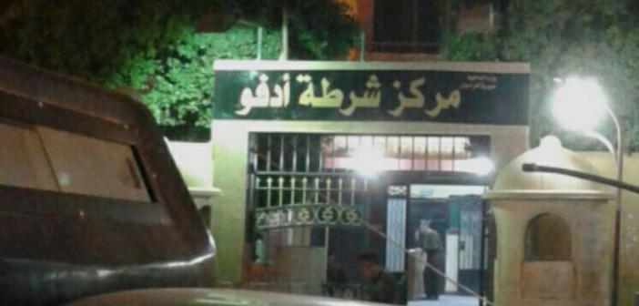 📷| مواطن بأسوان يتهم مجندًا بتعليقه في باب سيارة شرطة وسحله