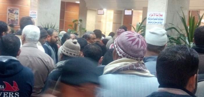 بالصور.. زحام وطوابير لصرف «الحولات الدولارية» ببنك مصر بكفر الشيخ