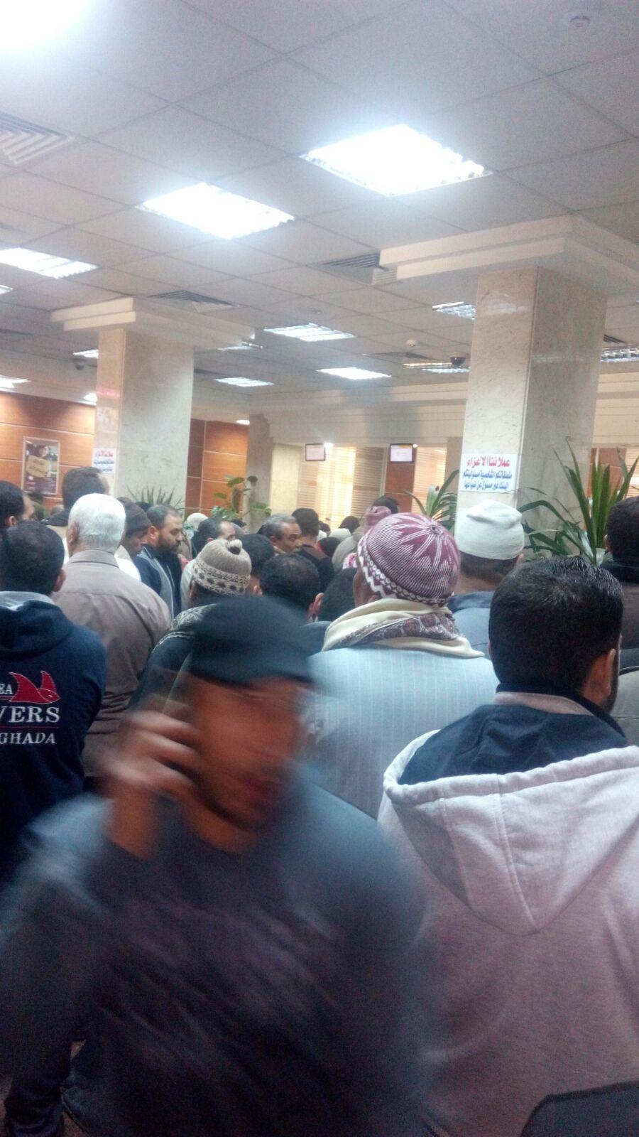 زحام وطوابير لصرف «الحولات الدولارية» ببنك مصر بكفر الشيخ