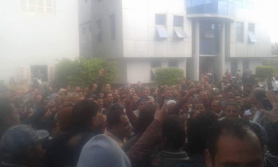 العاملون بـ«مياه الشرب» بدمياط يواصلون إضرابهم لليوم الثالث