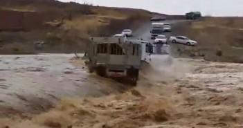 سيول سلطنة عُمان تجرف شاحنة عملاقة.. وقائدها يحاول النجاة