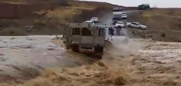▶ بالفيديو.. سيول سلطنة عُمان تجرف شاحنة عملاقة.. وقائدها يحاول النجاة