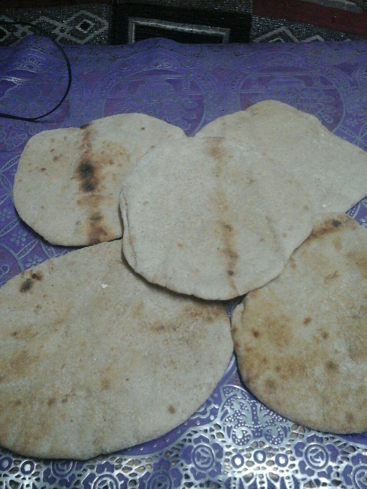 مواطن يشكو سوء حالة رغيف الخبز بشبرا