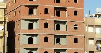 مواطن يلتقط صورًا لعقار بالمحلة: مائل وتعليته مخالفة للقانون