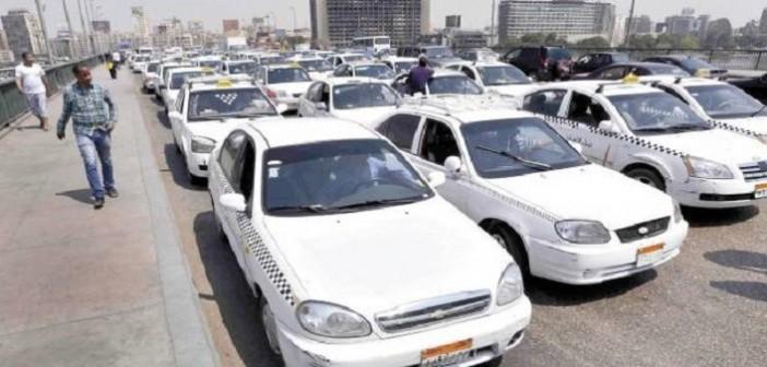 بالفيديو.. مواطن يوثق 5 محاولات فاشلة لركوب التاكسي الأبيض: «توصلني.. لاء»