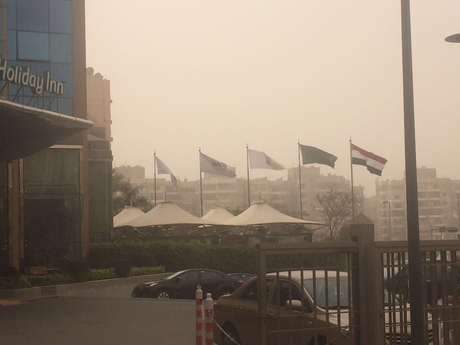 عاصفة ترابية تغطي سماء القاهرة