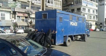 «زقة للشرطة».. تعطل سيارة ترحيلات في بورسعيد أمام قسم شرطة الميناء