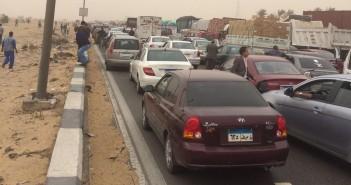 شلل مروري على طريق الإسماعيلية الصحراوي بسبب مظاهرات طلابية