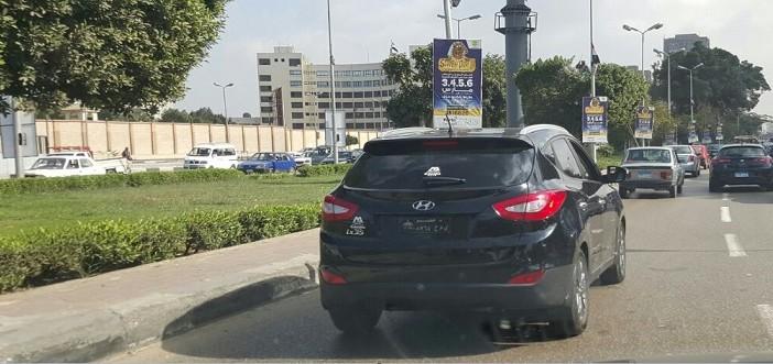 بشعار مجلس النواب.. سيارة بلوحات مخالفة تسير بالقاهرة دون توقيفها (صورة)