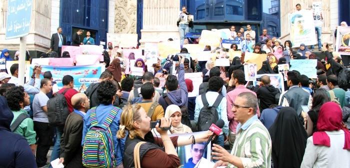 بالصور.. وقفة لأمهات مُختفين قسريًا على سلم «الصحفيين»: «ولادنا فين»