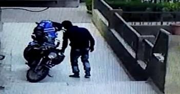 كاميرا مراقبة تسجل سرقة دراجة بخارية قرب النادي الأهلي