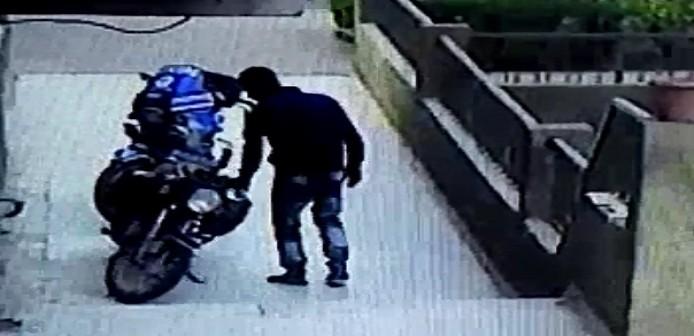 بالفيديو.. كاميرا مراقبة ترصد سرقة دراجة بخارية في 60 ثانية بمدينة نصر