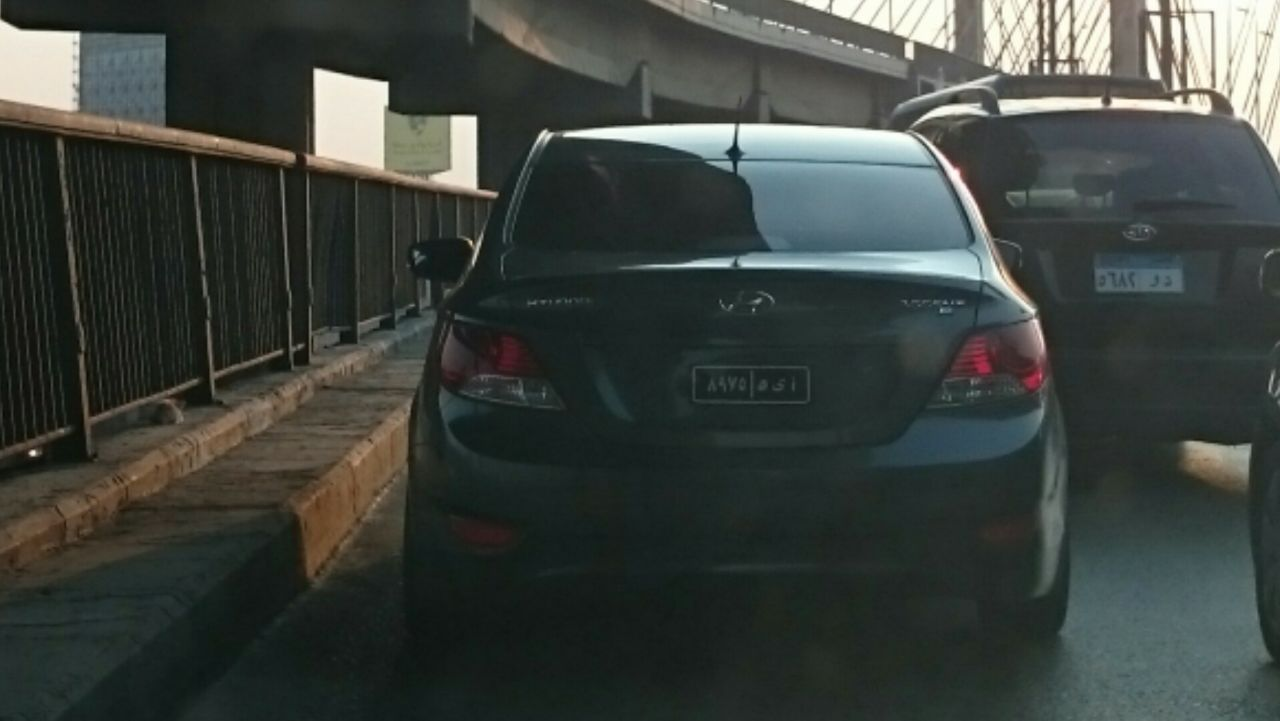 سيارة بلوحات معدنية مخالفة على كوبري أكتوبر