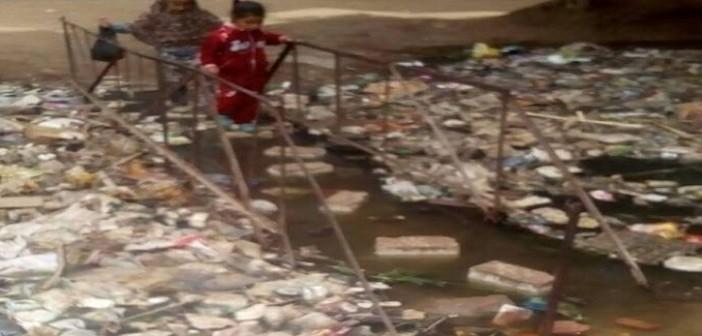 بالصور.. غرق كوبري في مخلفات ترعة قرية «برقاش» بالجيزة