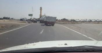 طريق الخدمات عَ الصحراوي.. مصيدة الموت لسيارات النقل الثقيل