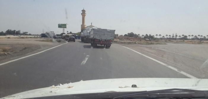 بالصور.. طريق الخدمات عَ الصحراوي.. مصيدة الموت للنقل الثقيل
