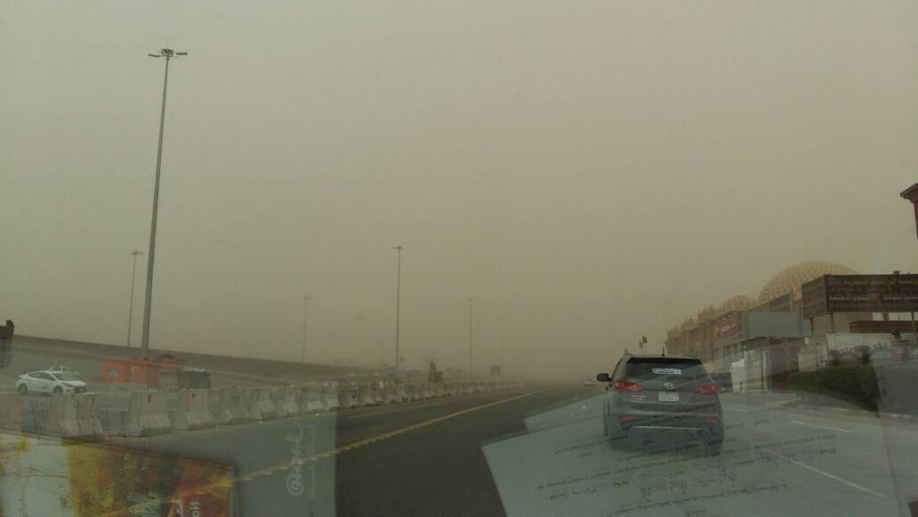 بالصور.. عواصف ترابية شديدة بالسعودية.. وصعوبة الرؤية على طرق جدة