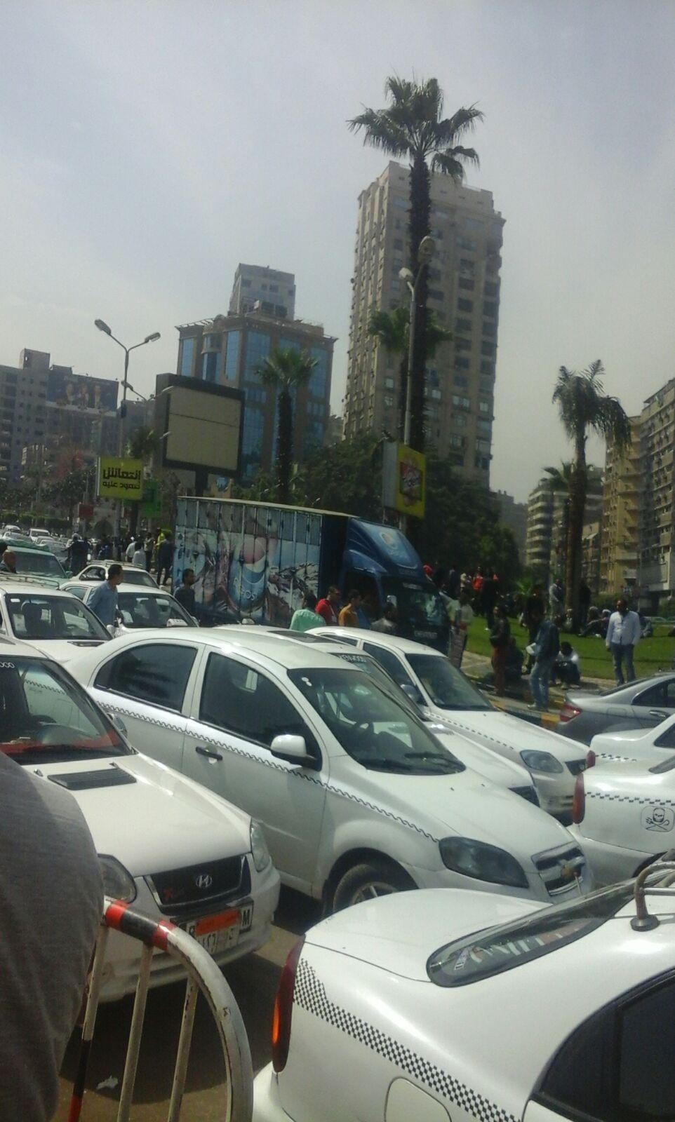 وقفة لسائقي التاكسي الأبيض بميدان مصطفى محمود بالمهندسين