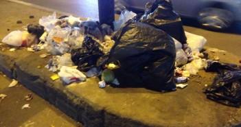سكان مصدق بالدقي يشكون تفاقم القمامة بالشارع