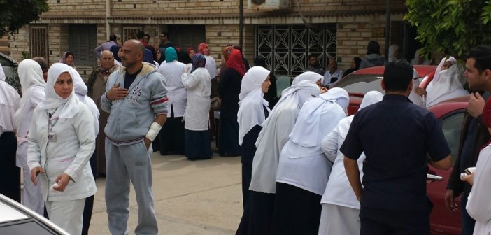 بالصور.. وقفة بمستشفى منية النصر ضد قرارات مديره «التعسفية»